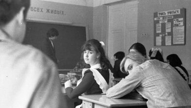 Photo of მოკლე კაბა, გრძელი თმა, ჯინსი და სამკაულები – რა ეკრძალებოდათ საბჭოთა მოსწავლეებს?